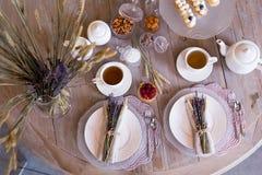 Té con las tazas y las tortas blancas Fotografía de archivo libre de regalías