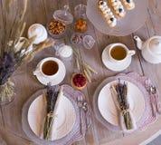 Té con las tazas y las tortas blancas Imagen de archivo