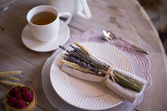 Té con las tazas y las tortas blancas Imagen de archivo libre de regalías