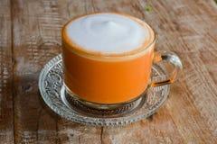 Té con leche tailandés caliente Fotos de archivo libres de regalías