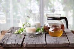 Té con leche y miel Imagen de archivo libre de regalías
