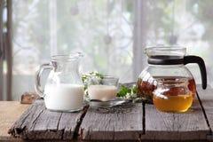 Té con leche y miel Foto de archivo libre de regalías