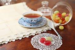 Té con los caramelos de azúcar coloreados Fotos de archivo libres de regalías