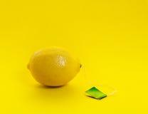 Té con un limón fotografía de archivo libre de regalías