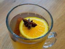 Té con una rebanada de limón, anís del canela y de estrella en un vidrio Imagen de archivo libre de regalías