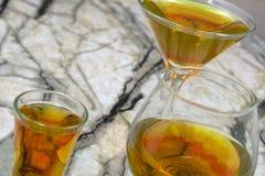 Té crudo fermentado hecho en casa del kombucha con diversas condimentaciones Bebida condimentada probiótica natural sana Copie el imágenes de archivo libres de regalías