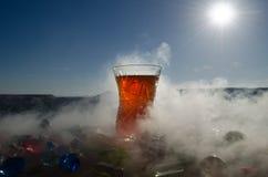 Té de Azerbaijan del turco en fondo al aire libre tradicional de la naturaleza del glasse y del pote con luz del sol y humo Conce Fotos de archivo