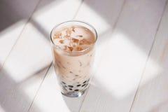 Té de Boba/de la burbuja Té hecho en casa de la leche con las perlas en la tabla de madera Fotografía de archivo libre de regalías