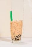 Té de Boba/de la burbuja Té hecho en casa de la leche con las perlas en la tabla de madera Fotos de archivo