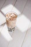 Té de Boba/de la burbuja Taro Milk Tea hecho en casa con las perlas en de madera Fotos de archivo