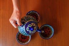 Té de colada de la tetera Accesorios tradicionales de la ceremonia de té del uzbek Imágenes de archivo libres de regalías