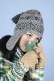 Té de consumición de la muchacha del invierno Foto de archivo libre de regalías