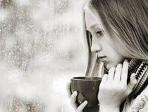 Té de consumición de la muchacha en el día lluvioso Fotografía de archivo libre de regalías