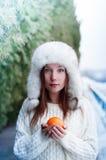 Té de consumición de la muchacha hermosa joven en un parque fresco del invierno Foto de archivo