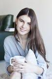 Té de consumición de la mujer joven en la mañana Fotografía de archivo