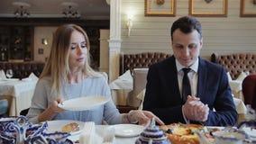 Té de consumición de la mujer y encuentro de su amigo en el restaurante de moda Concepto del POV almacen de metraje de vídeo