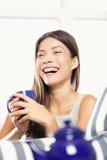 Té de consumición de risa de la mujer Foto de archivo