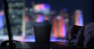 Té de consumición del café del oficinista de la persona del negocio que mecanografía en el ordenador portátil en oficina metrajes