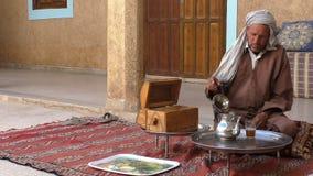 Té de consumición del hombre en casa en Marruecos almacen de video