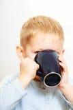 Té de consumición del niño divertido del niño pequeño indoor foto de archivo libre de regalías