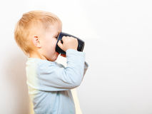 Té de consumición del niño divertido del niño pequeño indoor fotografía de archivo