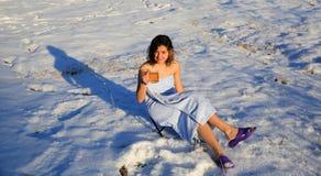 Té de consumición de la muchacha hermosa en la nieve en invierno Fotografía de archivo