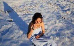 Té de consumición de la muchacha hermosa en la nieve en invierno Fotos de archivo libres de regalías
