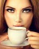 Té de consumición o café de la muchacha atractiva Fotos de archivo libres de regalías
