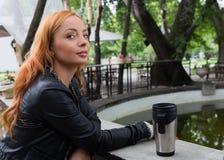 Té de consumición o café de la muchacha hermosa Fotos de archivo