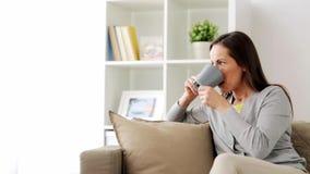 Té de consumición o café de la mujer feliz en casa almacen de metraje de vídeo