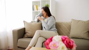 Té de consumición o café de la mujer feliz en casa metrajes