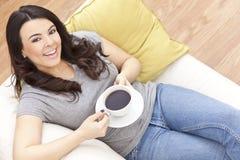 Té de consumición o café de la mujer hispánica hermosa imagenes de archivo