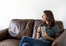 Té de consumición o café de la mujer pensativa foto de archivo libre de regalías