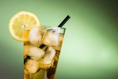 Té de hielo con el limón - cierre horizontal para arriba fotos de archivo libres de regalías