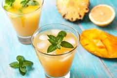 Té de hielo del mango con la menta imagen de archivo