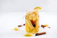 Té de hielo hecho en casa fresco infundido del agua con la fruta cítrica y el canela de la manzana Imágenes de archivo libres de regalías