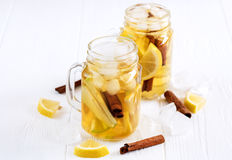 Té de hielo hecho en casa fresco infundido del agua con la fruta cítrica y el canela de la manzana Foto de archivo