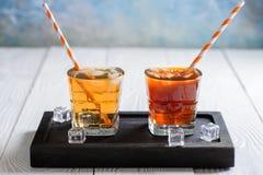 Té de hielo y café de hielo con los cubos de hielo imágenes de archivo libres de regalías