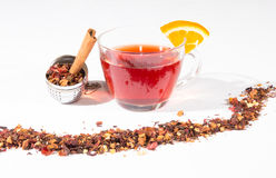 Té de la fruta con el huevo del té, el canela y una rebanada de naranja Foto de archivo libre de regalías