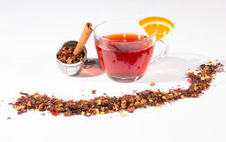 Té de la fruta con el huevo del té, el canela y una rebanada de naranja Fotos de archivo