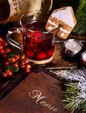 Té de la fruta con la tarjeta de la baya y del menú en la tabla del restaurante Imagen de archivo libre de regalías