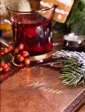 Té de la fruta con la tarjeta de la baya y del menú en la tabla del restaurante Fotografía de archivo