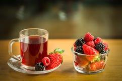 Té de la fruta en la taza de cristal Foto de archivo libre de regalías