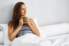 Té de la mañana de la bebida Bebida de consumición de la mujer en cama Lifesyle sano Fotografía de archivo