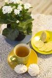 Té de la mañana: Taza de té con el limón y la melcocha Foto de archivo