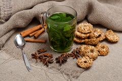 té de la menta con las galletas Imágenes de archivo libres de regalías