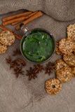té de la menta con las galletas Fotografía de archivo