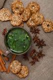 té de la menta con las galletas Imagen de archivo libre de regalías