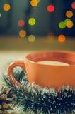 Té de la Navidad con el limón en las guirnaldas de un fondo Imágenes de archivo libres de regalías