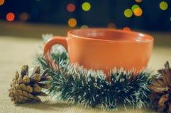 Té de la Navidad con el limón en las guirnaldas de un fondo Foto de archivo